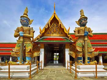 guards_at_the_Emarald_Buddha_Temple