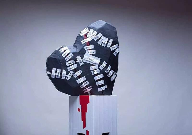 10000-kleine-pflaster-Herz-Skulptur-Musikvideo