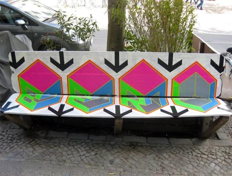 Sitzbank- Kastanienallee-Berlin- Klebeband Kunst- Street-Art- Jahr 2012