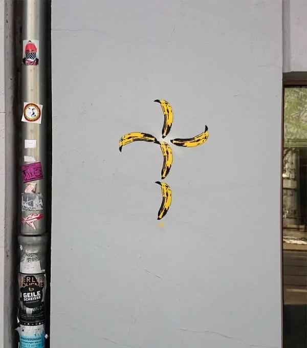 Bananen-Kreuz - Stencil-Street-Art-Ostap-artist-Kastanienallee-Berlin-2015
