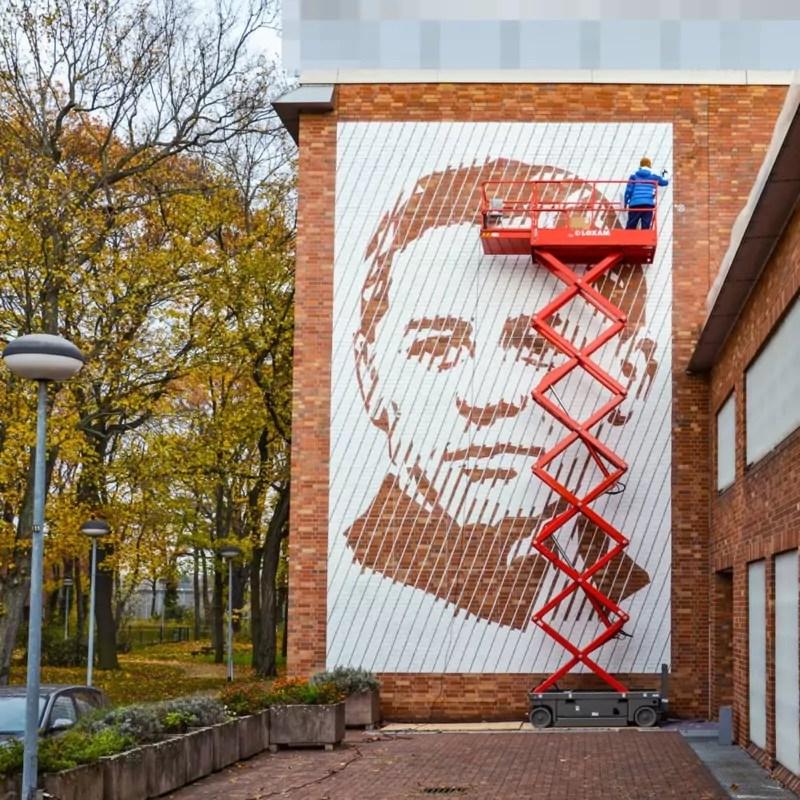 Die letzten Korrekturen an dem Portrait Wandkunstwerk von Selfmadecrew