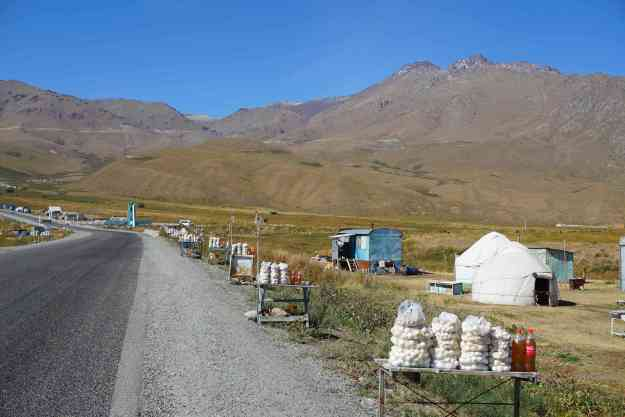 Kurut and honey for sale on the approach to Tuu Ahsu pass