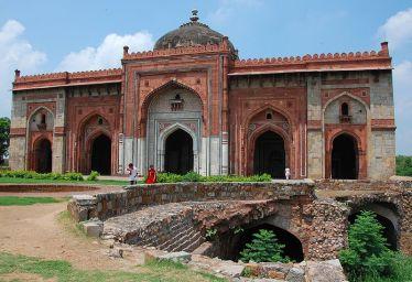 Qila_Kuhna_Masjid_inside_Puran_Qila,_Delhi