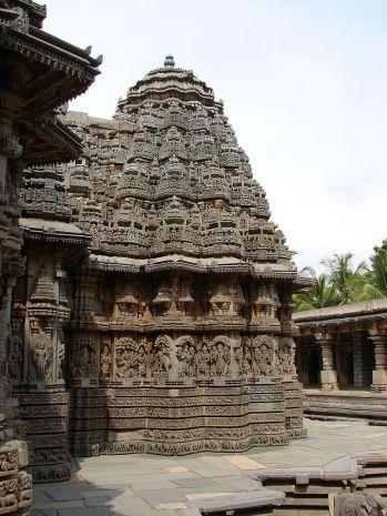 800px-Close_up_of_Hoysala_style_shrine_and_sikhara_with_decorative_molding_frieze_in_the_Chennakeshava_temple_at_Somanathapura