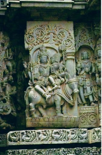 800px-Relief_sculpture_of_the_Hindu_god_Shiva_with_his_consort_Parvati_riding_Nandi_the_bull_in_the_Hoysaleshwara_temple_at_Halebidu