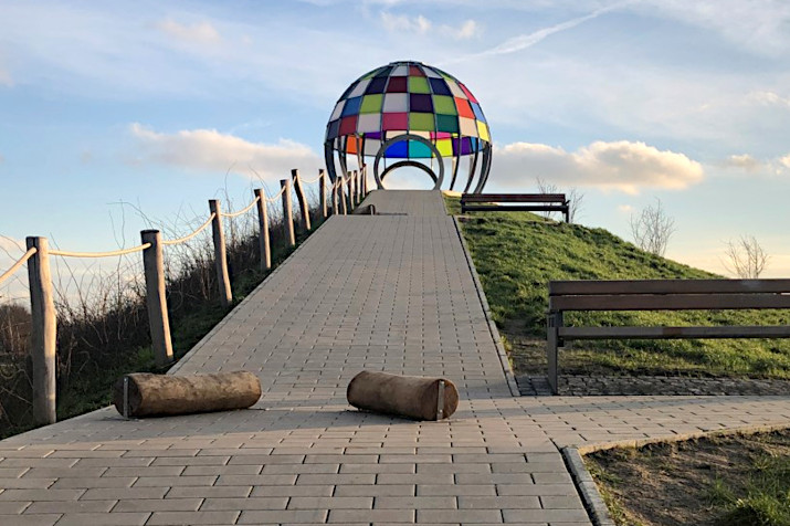 Rodelberg mit Holzklötzen