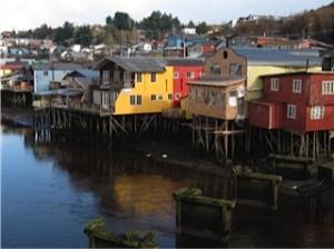 Foto van de houten paalwoningen in hoofdstad Castro.