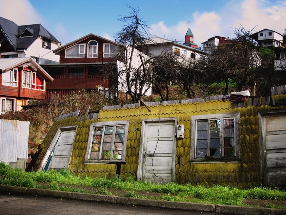Foto van een woning met houten muurpannen.