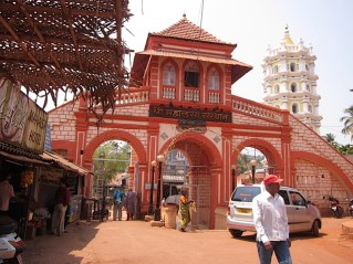 Foto van een hindoetempel in Ponda.