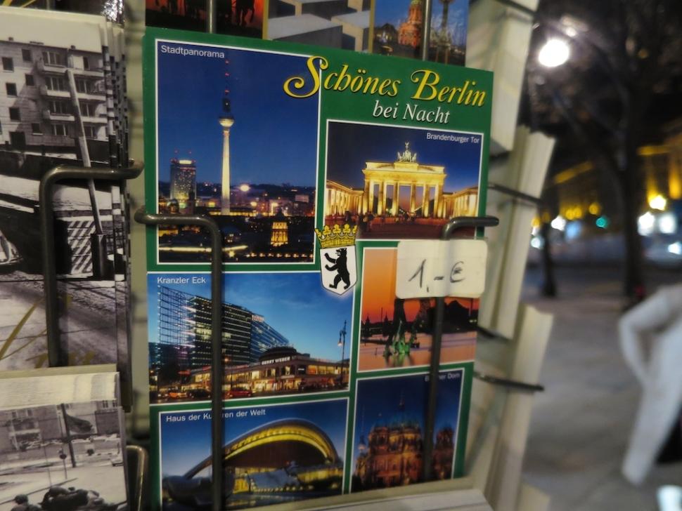 Foto van een ansichtkaartenrek in Berlijn.