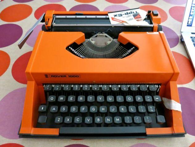 Foto van mijn allereerste knaloranje typemachine op de pagina 'Contact'.