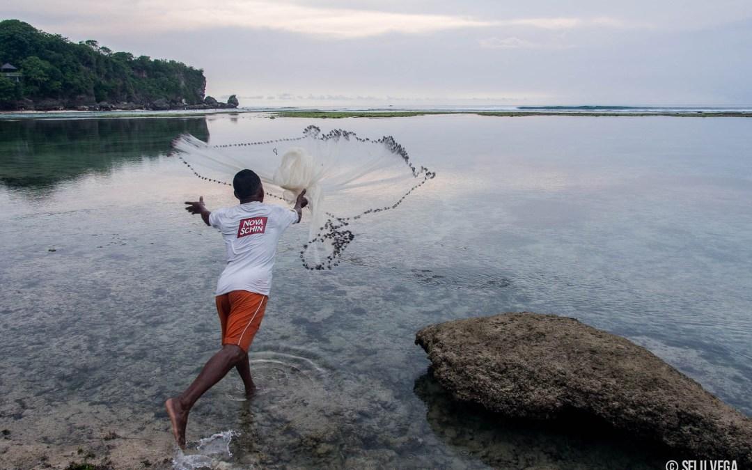 Cuando baja la marea Pescadores en Uluwatu - Bali - Indonesia