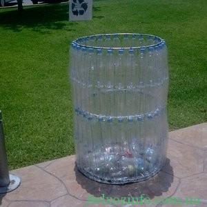 Мусорный бак из пластиковых бутылок
