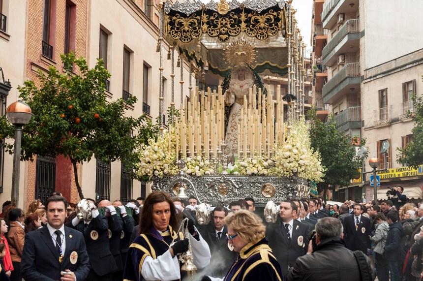 Foto del paso de palio con hombres de trono de Ntra. Sra. de la Esperanza justo antes de pasar por la puerta de la parroquia de San Francisco. (Detrás lleva como acompañamiento la Sinfónica María Inmaculada de Linares)