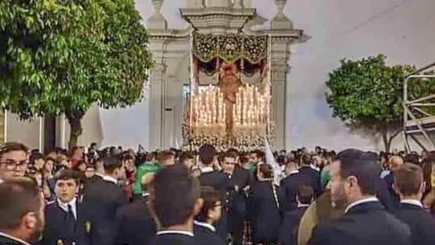La Filarmónica de Conil ante el palio de la Esperanza en San Francisco