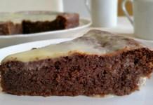 Trozo de bizcocho de almendra y chocolate con cobertura de chocolate blanco