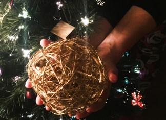 Imagen de bola junto a árbol de Navidad es Nuestro Regalo para ti
