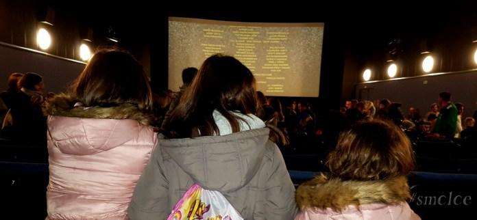 Niños viendo películas en el cine