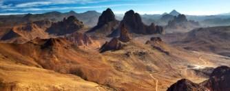 Désert du Sahara, les montagnes du Hoggar, en Algérie, vue du col de l'Assekrem
