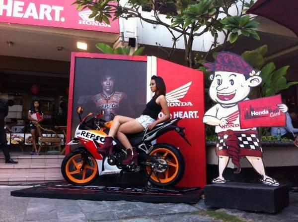 Model & Honda CBR 150 R sebagai object foto kontes