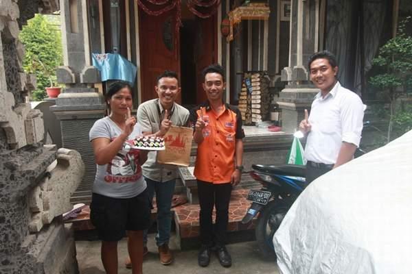 Ibu Ni Luh Putu Ratna Dyanti berpose bersama Tim Semeton Honda Bali Card