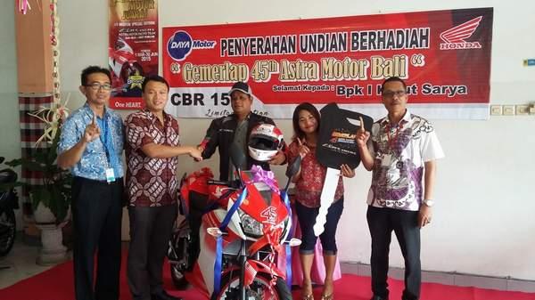 Dari Kiri : Perwakilan FIF Cab Tabanan,Region Head Astra Motor Bali (Yohanes Kurniawan),Pemenang(I Ketut Sarya), Istri Pemenang, Pimpinan Dealer Daya Motor Tabanan (Wayan Sumerta)