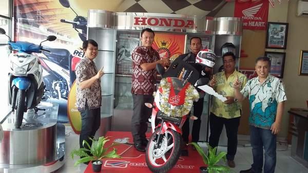 Dari Kiri : Manager TSD Astra Motor (Dharma Widjaja), Region Head Astra Motor Bali (Yohanes Kurniawan), Pemenang (Yudi Darmawan),Manager Retail (Lukas Ferinata),Manager Marketing (Modus Vivendi)
