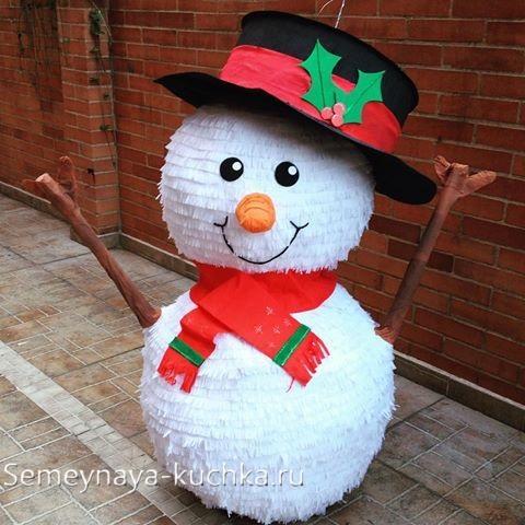 снеговик из воздушных шаров и креповой бумаги