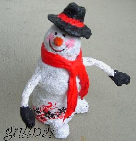 Снеговик және газеттер және папье Маша