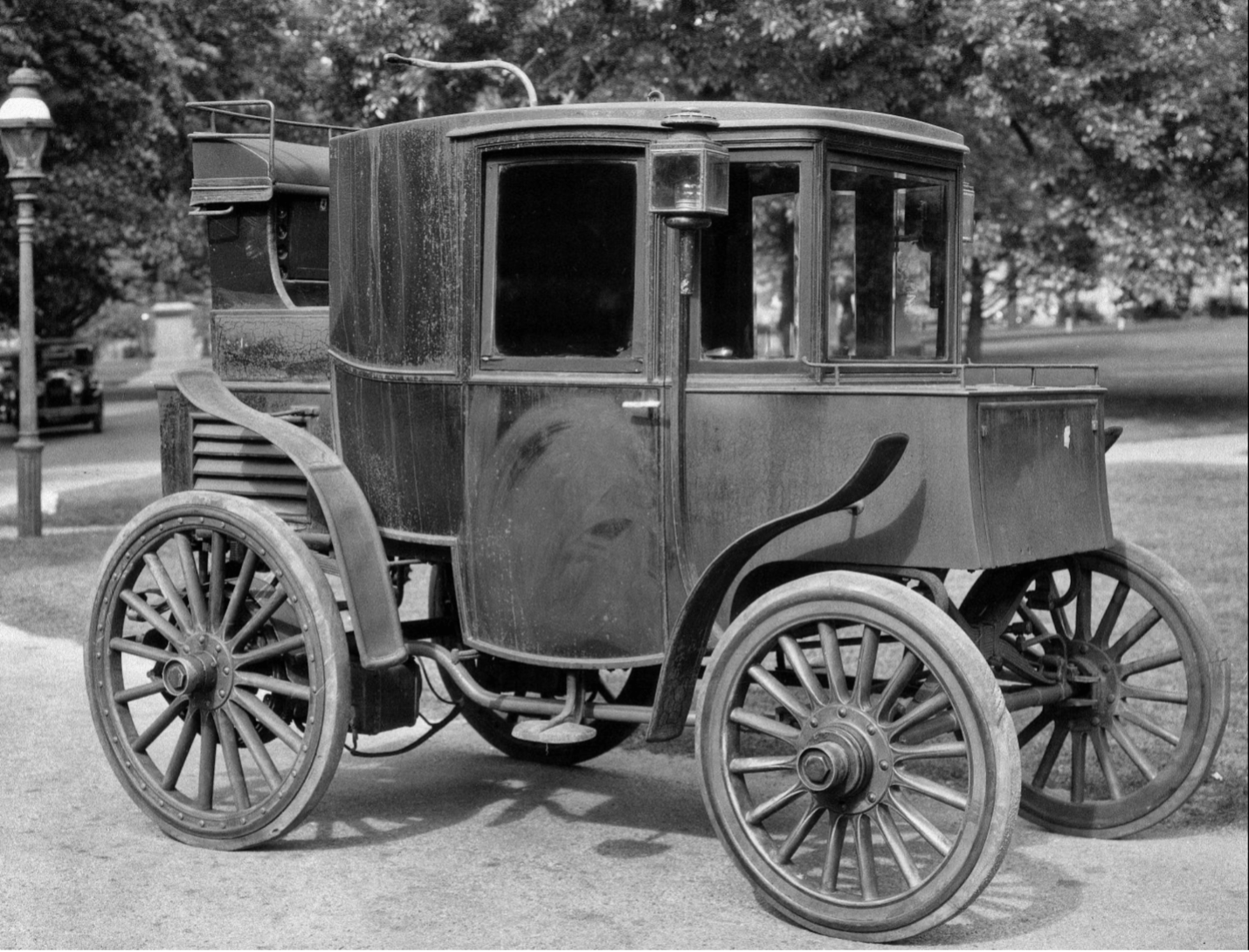 Fig. 1: Better and cheaper batteries might have made a difference. A Riker electric vehicle, circa 1900. Source: Smithsonian/National Museaum of American History