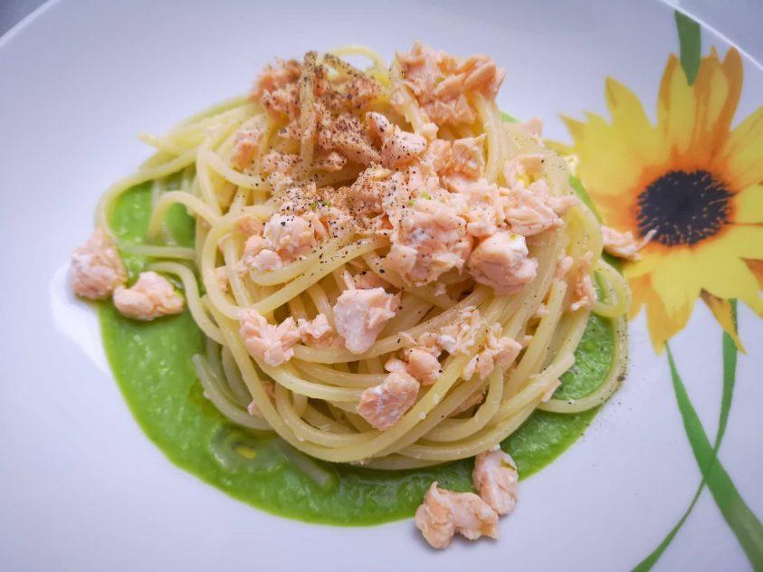 Spaghetti con salmone e crema di piselli
