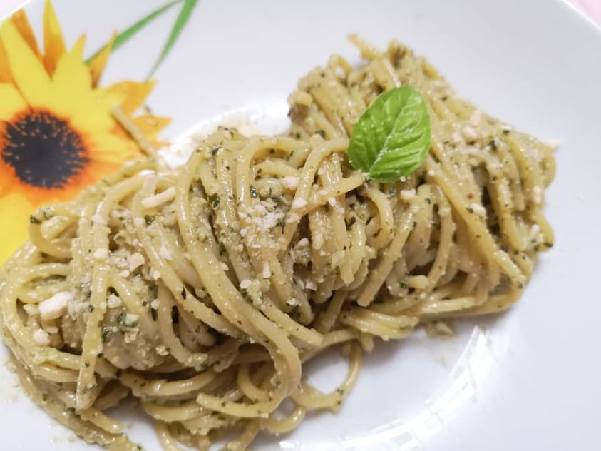 Spaghetti al pesto di mandorle e basilico