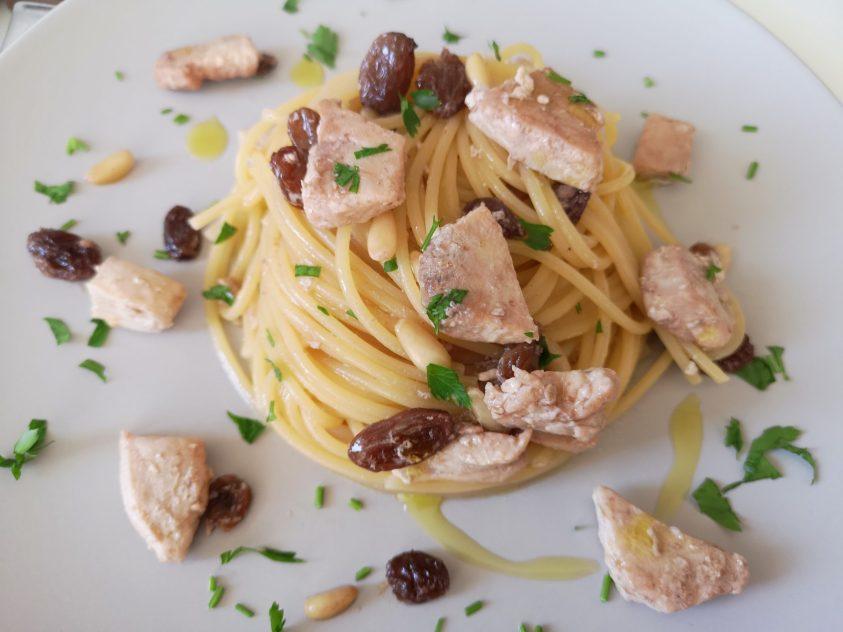 Spaghetti con spada uvetta e pinoli