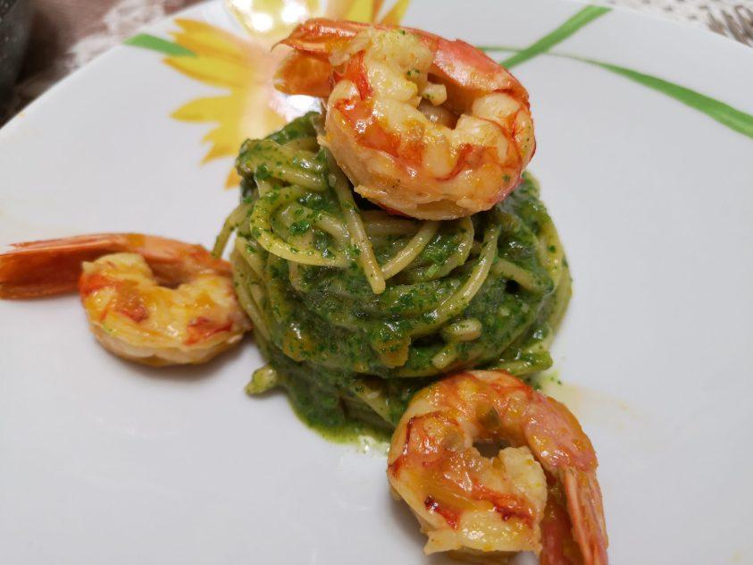Spaghetti con pesto di rucola e gamberoni