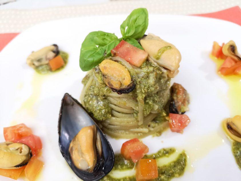 Linguine al pesto di pistacchi cozze e pomodorini