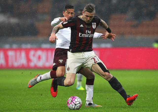 Kucka is pressured by Vives. | Marco Luzzani/Getty Images