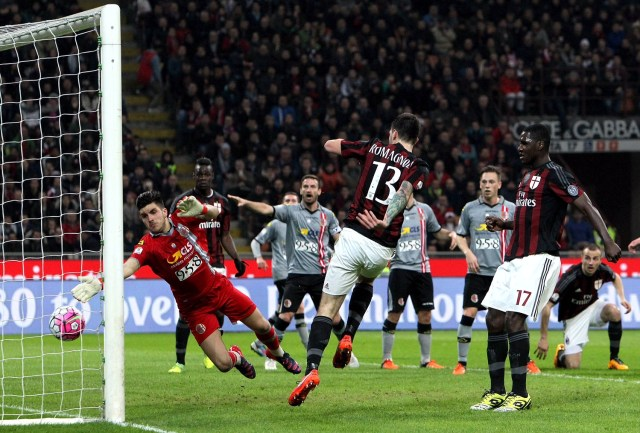 MILAN, ITALY - MARCH 01: Alessio Romagnoli #13 of AC Milan scores his goal during the TIM Cup match between AC Milan and US Alessandria at Stadio Giuseppe Meazza on March 1, 2016 in Milan, Italy. (Photo by Marco Luzzani/Getty Images)