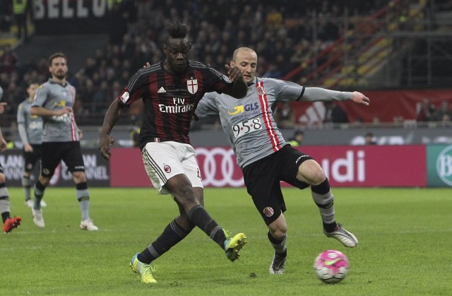 MILAN, ITALY - MARCH 01: Mario Balotelli (L) of AC Milan scores his goal during the TIM Cup match between AC Milan and US Alessandria at Stadio Giuseppe Meazza on March 1, 2016 in Milan, Italy. (Photo by Marco Luzzani/Getty Images)
