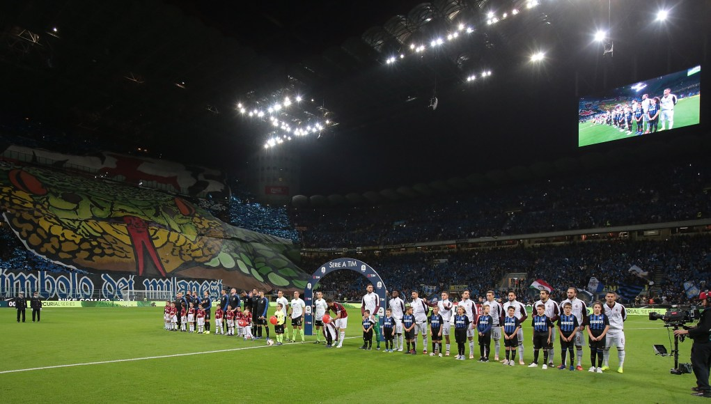 MILAN, ITALY - OCTOBER 21: FC Internazionale team and AC Milan team line up before the Serie A match between FC Internazionale and AC Milan at Stadio Giuseppe Meazza on October 21, 2018 in Milan, Italy. (Photo by Emilio Andreoli/Getty Images)