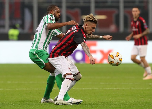 MILAN, ITALY - OCTOBER 25: Samuel Castillejo (R) of AC Milan is challenged by Pau Lopez (L) of Real Betis during the UEFA Europa League Group F match between AC Milan and Real Betis at Stadio Giuseppe Meazza on October 25, 2018 in Milan, Italy. (Photo by Marco Luzzani/Getty Images)