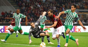 MILAN, ITALY - OCTOBER 25: Gonzalo Higuain of AC Milan competes for the ball with Aissa Mandi of Real Betis during the UEFA Europa League Group F match between AC Milan and Real Betis at Stadio Giuseppe Meazza on October 25, 2018 in Milan, Italy. (Photo by Marco Luzzani/Getty Images)