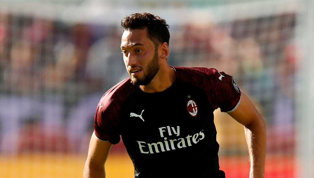 SANTA CLARA, CA - AUGUST 04: Hakan Calhanoglu #10 of AC Milan runs with the ball during the International Champions Cup match against FC Barcelona at Levi's Stadium on August 4, 2018 in Santa Clara, California. (Photo by Lachlan Cunningham/Getty Images)