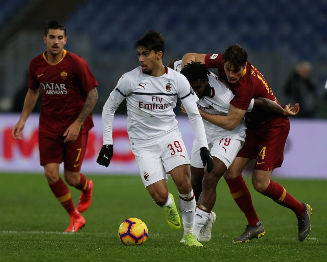 ROME, ITALY - FEBRUARY 03: Patrick Schick of AS Roma competes for the ball with Franck Kessie and Lucas Paqueta of AC Milan during the Serie A match between AS Roma and AC Milan at Stadio Olimpico on February 3, 2019 in Rome, Italy. (Photo by Paolo Bruno/Getty Images)