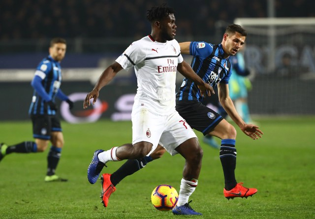 BERGAMO, ITALY - FEBRUARY 16: Franck Kessie of AC Milan competes for the ball with Remo Freuler (back) of Atalanta BC during the Serie A match between Atalanta BC and AC Milan at Stadio Atleti Azzurri d'Italia on February 16, 2019 in Bergamo, Italy. (Photo by Marco Luzzani/Getty Images)