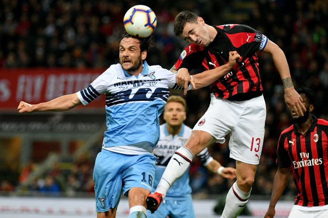 MILAN, ITALY - APRIL 24:  Alessio Romagnoli of AC Milan compete for the ball with Marco Parolo of SS Lazio during the TIM Cup match between AC Milan and SS Lazio at Stadio Giuseppe Meazza on April 24, 2019 in Milan, Italy.  (Photo by Marco Rosi/Getty Images)