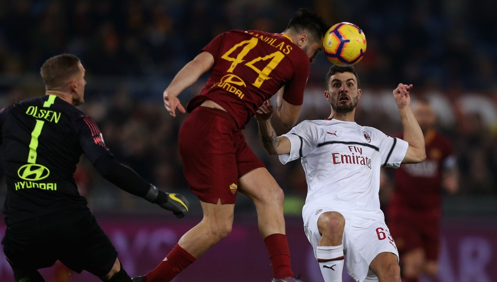 ROME, ITALY - FEBRUARY 03: Patrick Cutrone of AC Milan competes for the ball with Kostas Manolas of AS Roma during the Serie A match between AS Roma and AC Milan at Stadio Olimpico on February 3, 2019 in Rome, Italy. (Photo by Paolo Bruno/Getty Images)