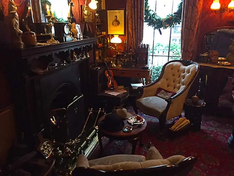 Interno del Salotto nel Museo di Sherlock Holmes a Londra