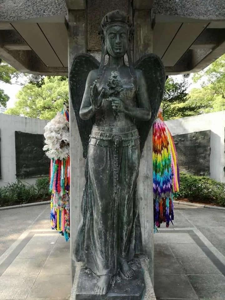 Statua con mille gru presente all'interno del parco della pace