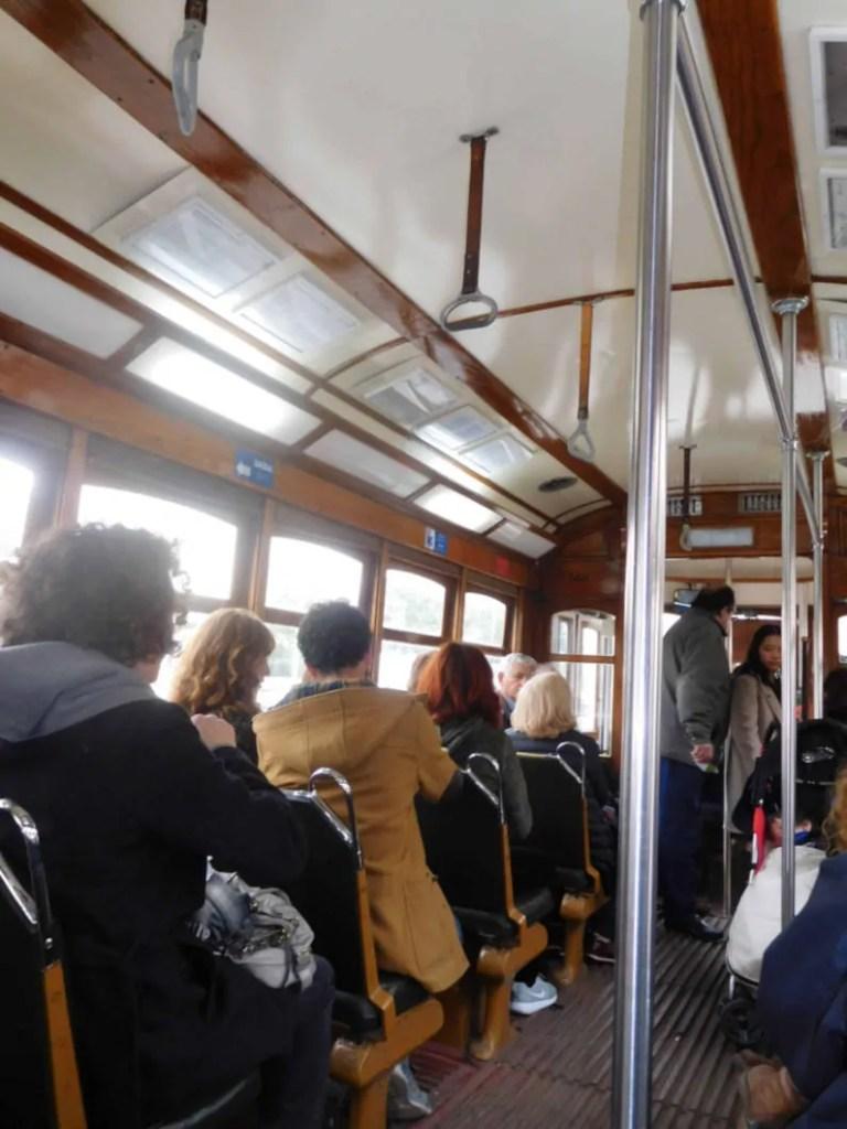 Interno in legno del tram 28