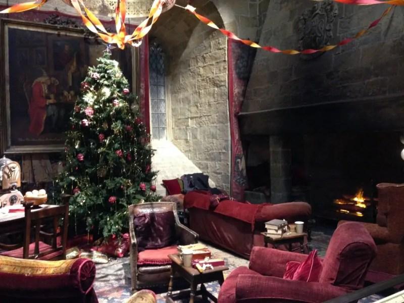 La sala comune di Grifondoro addobbata per Natale